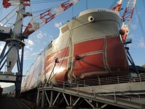 ①建造中の8万トン級バルカー船。_R