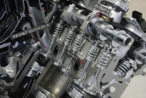 ②自動車エンジン内のチタンバルブ