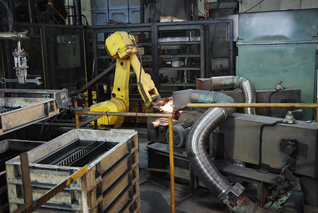 〜生産現場を訪ねて〜<br> トップ工業(新潟県三条市)<br> 自社一貫生産を徹底 ロボット導入で効率化